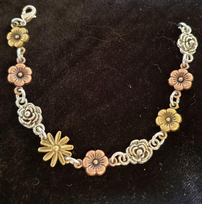 Charm bracelet with flowers