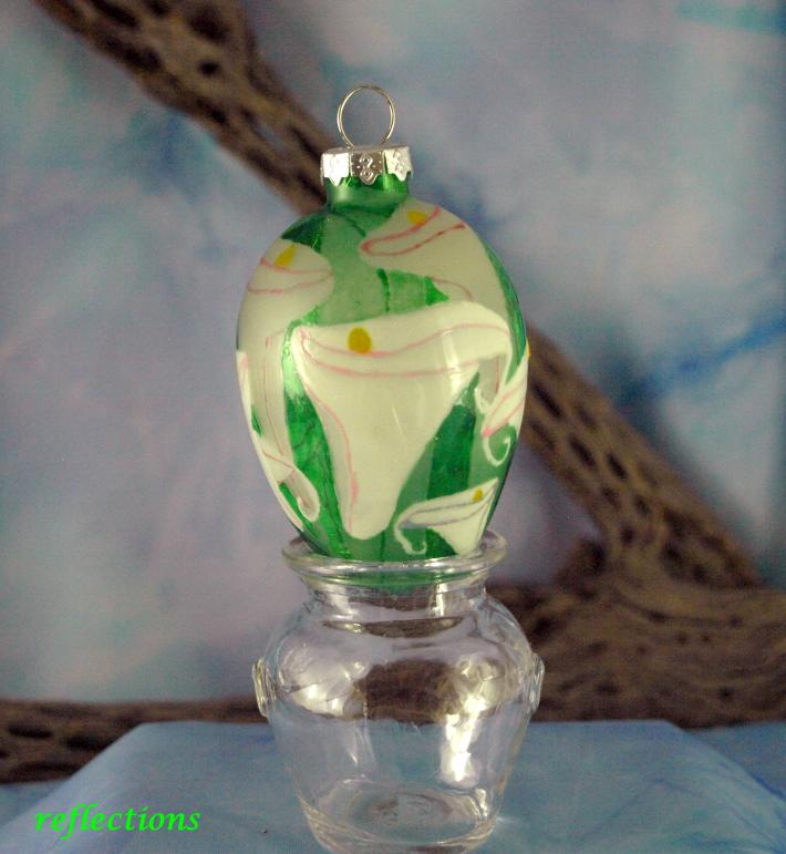 White Calla Lillies Hand Painted Collectible Glass Ornament eo0114