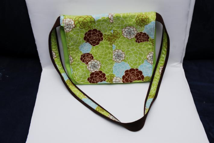 Reversible messenger bag