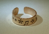 Toe ring in bronze with musical theme