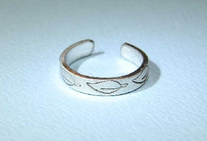 Sterling silver toe ring with stamped leaf design