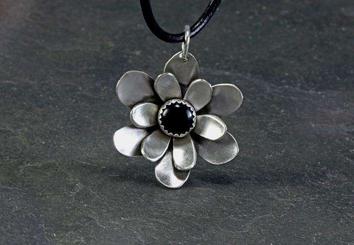 Flower necklace in sterling silver with black onyx