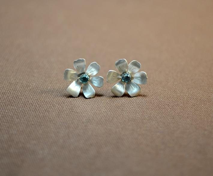 Flower earrings in sterling silver with blue topaz